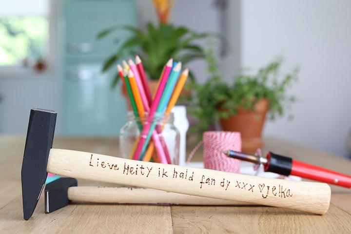 hamer met inscriptie