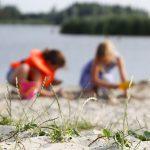 Spelen op het strandje in Heeg