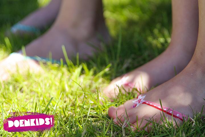 blote tenen in het gras