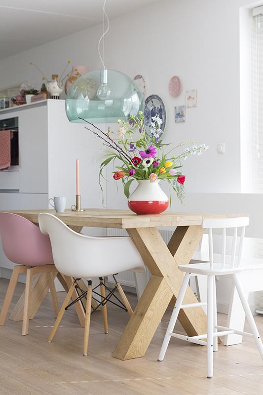 voorjaarsbloemen op de keukentafel